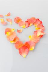 Gebrochenes Herz aus Rosen Blättern