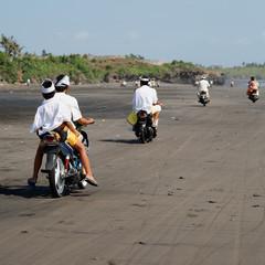Motorroller am Strand auf Bali auf dem Weg zum Tempel