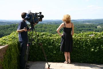 émission de télévision, présentratrice et caméraman