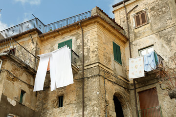 Wäsche vor den Fenster in Italien