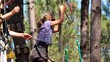 fillette sautant de l'arbre