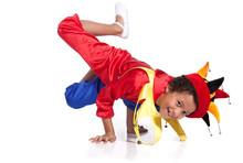 Boy breakdance ubrana w kostium klauna