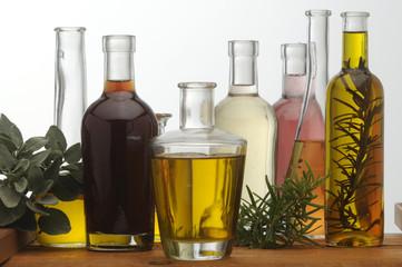 Olio di oliva e aceto di vino con rosmarino e salvia