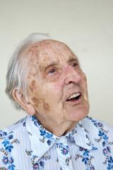 über 90 Jahre alte deutsche Frau, im Gespräch vertieft