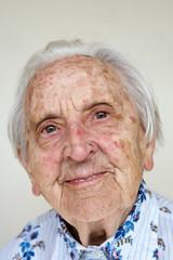 über 90 Jahre alte deutsche Frau, lächelnd