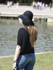 Mujer con sombrero en el parque