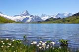 Lac et montagnes enneigées