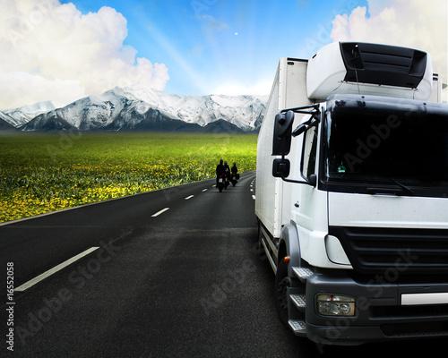 LKW vor Berglandschaft