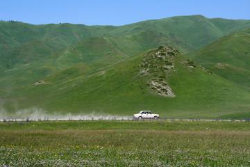 Einsames Fahrzeug in Kirgistan
