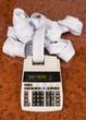 Tischrechner mit Rechenstreifen für Kosten, Ausgaben, Umsatz und