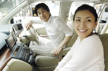 車内から外を見るカップル