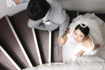 階段を上る新郎新婦