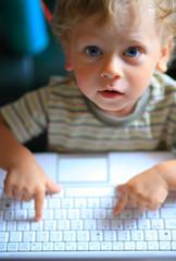 1 1/2 jähriger Junge am Laptop