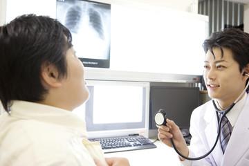 男性患者を診察する医者