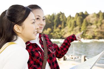 地図を見ている女性2人