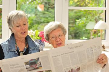 Zwei Seniorinnen lesen Börsenblatt II