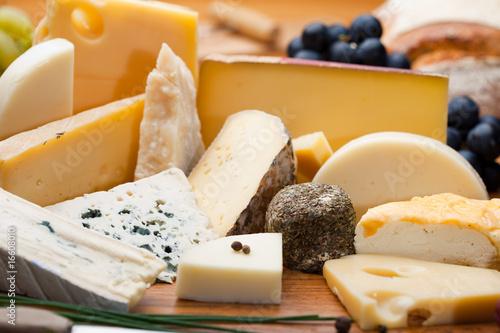 Tuinposter Kruidenierswinkel Assortiment et plateau de fromage