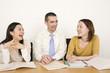 女性2人に英語を教える外国人講師