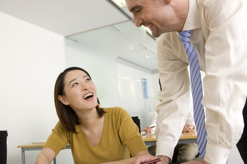 女性に英語を教える外国人講師