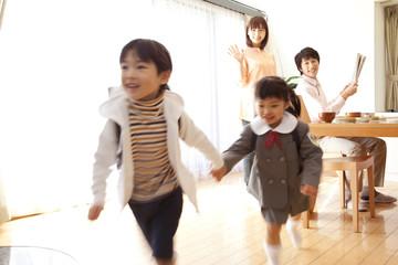 学校へ登校する男の子と女の子