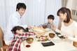 手巻き寿司を作る親子