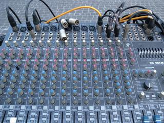 Mixer audio con cavi