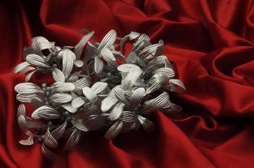 Tessuto rosso con vischio argentato