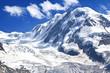 Schnee bedeckte Berge in den Walliser Alpen in der Schweiz