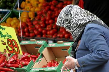 Frau beim Gemüse einkaufen