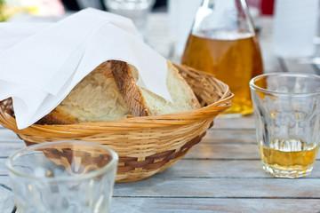 Vino bianco pane a tavola