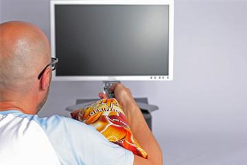 tv fernbedienung mann chips