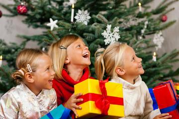 Weihnachten - Kinder mit Geschenken