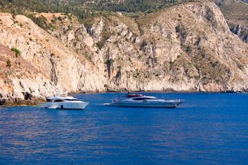 Imbarcazioni nel mare di Cefalonia