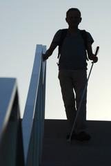 Blinder Mann läuft die Treppe herunter