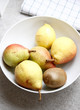 Obstschale mit Birnen, Kiwi und Zitrone