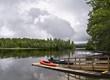 Muelle de madera en el lago