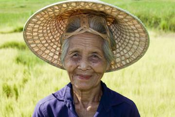 Portrait alte asiatische Frau mit Hut von Vietnam