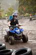 Jugendlicher ist begeistert vom Quad Fahren im Regen