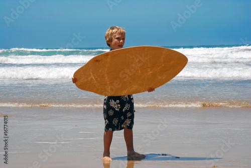 Junge mit Skimboard