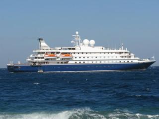 Nave in crociera sul mediterraneo