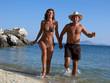 coppia che corre in riva al mare