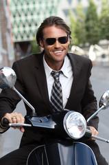 Geschäftsmann auf Motorroller