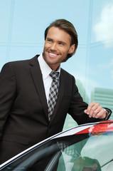 Geschäftsmann kauft ein Auto