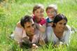 Couple avec enfants couchés dans l'herbe