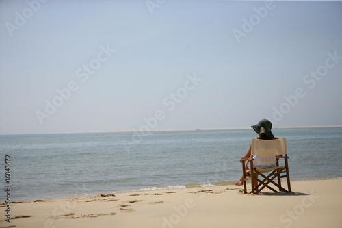 femme assise sur une chaise au bord de la mer de auremar photo libre de droits 16843672 sur. Black Bedroom Furniture Sets. Home Design Ideas