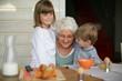Senior souriante près d'un petit garçon et d'une petite fille