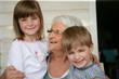 femme senior souriante près de deux enfants