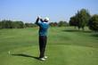 Golfplatz - Golfspieler schaut auf Fairway