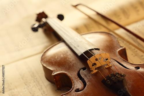 Leinwanddruck Bild antique violin with fiddlestick