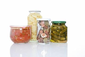 glas mit ersparnissen zwischen konserven